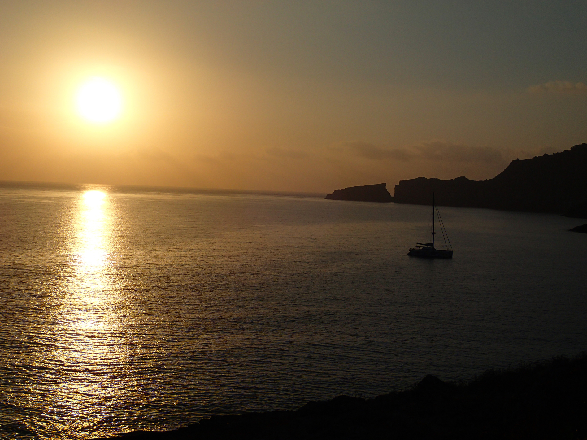 Segelboot bei Sonnenuntergang, goldener Horizont, Inselzunge ragt von rechts ins Bild, ; Mallorca, by Katja Backes-Neuninger, kbn-design.de