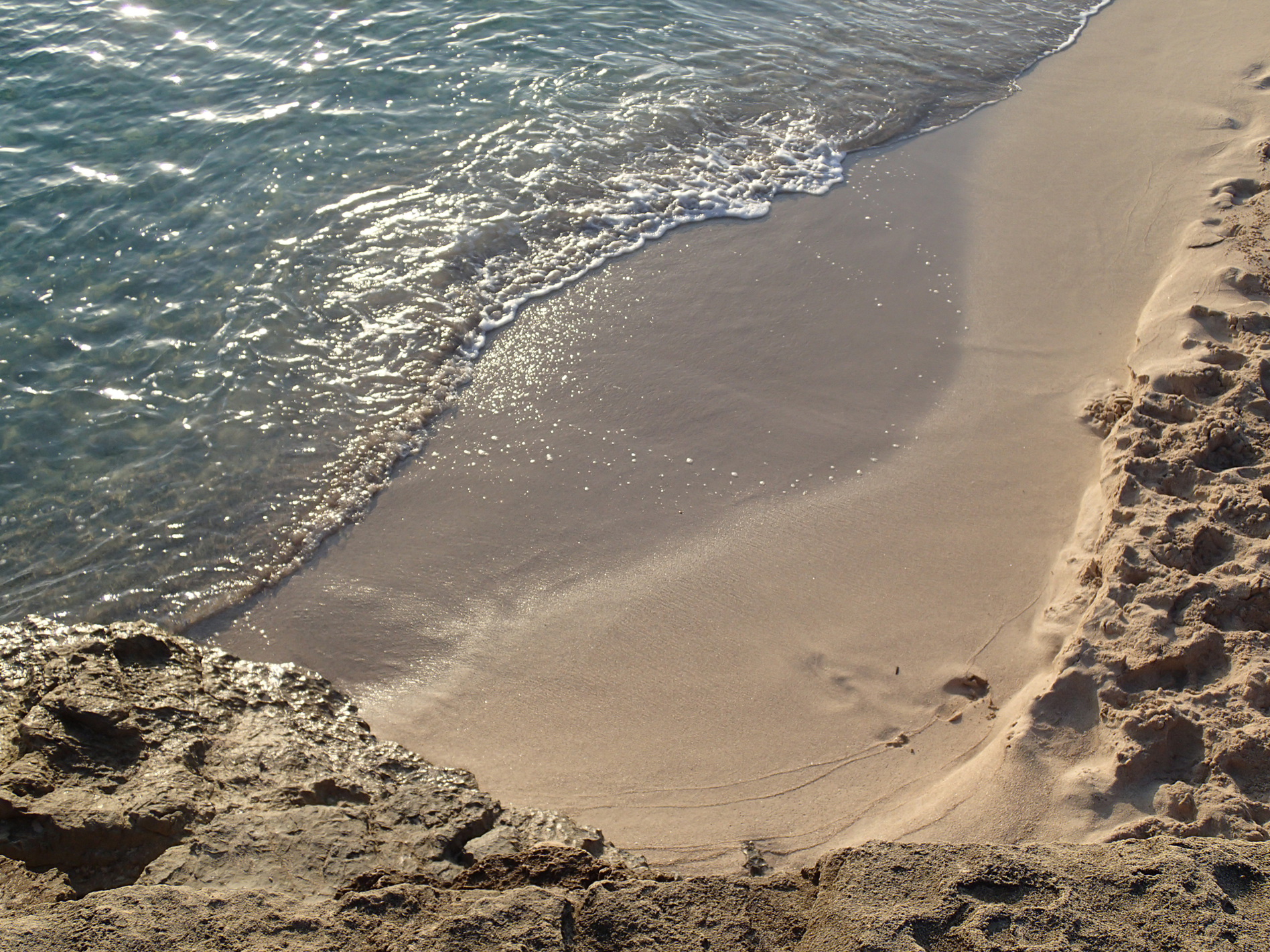 Foto am Wasser, kleine Welle spült sich an den Strand; Mallorca, by Katja Backes-Neuninger, kbn-design.de